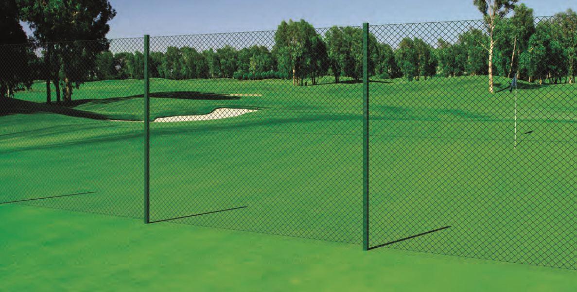 campo da golf con erba tagliata a misura e bunker di sabbia. Recinzione in pali e rete metallica
